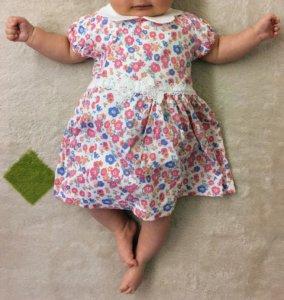 「コンビミニ」ラップワンピースを着た赤ちゃん