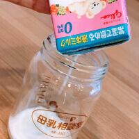 グリコの液体ミルクを注ぐ